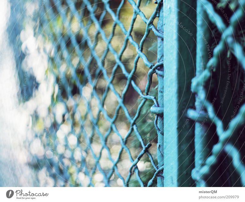 somewhere behind. ästhetisch Zaun Grenze Begrenzung Barriere Grundstück Lichtspiel Unschärfe Maschendrahtzaun blau Sperrzone Garten Park ruhig Goldener Schnitt