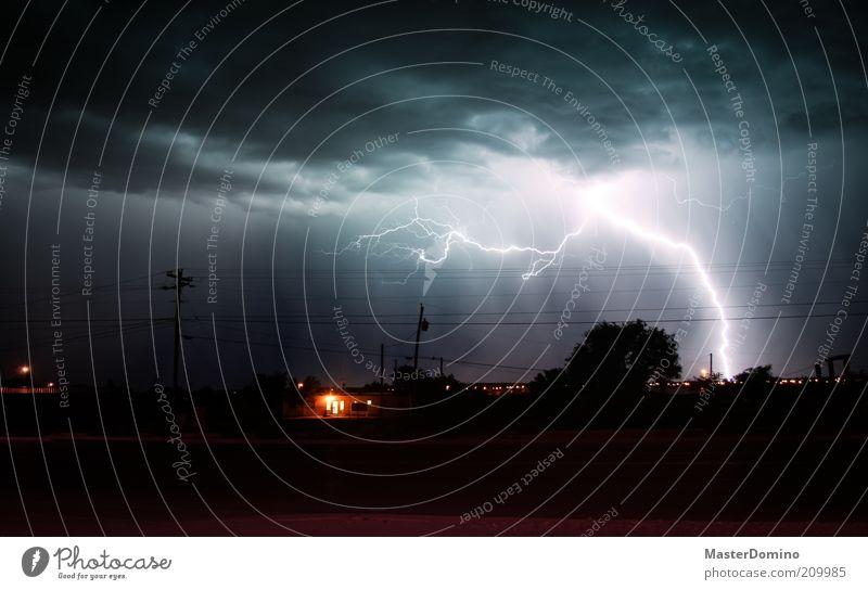 Potz Blitz! Natur Himmel weiß Baum grün blau Haus Straße dunkel Angst Wetter Umwelt bedrohlich Klima Wut Dorf
