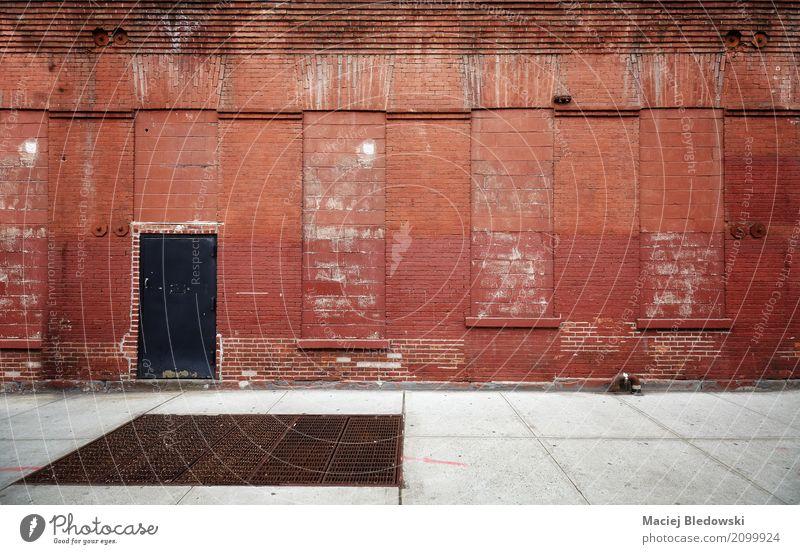 Leere Straße mit alter Lagerbacksteinmauer. Stadt rot Architektur Gebäude Stimmung Fassade dreckig USA Fabrik Oberfläche Lagerhalle rau industriell verwittert