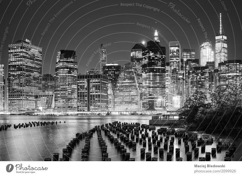 Manhattan Skyline von Brooklyn in der Nacht gesehen. Ferien & Urlaub & Reisen weiß schwarz Business Tourismus Ausflug Hochhaus Aussicht USA