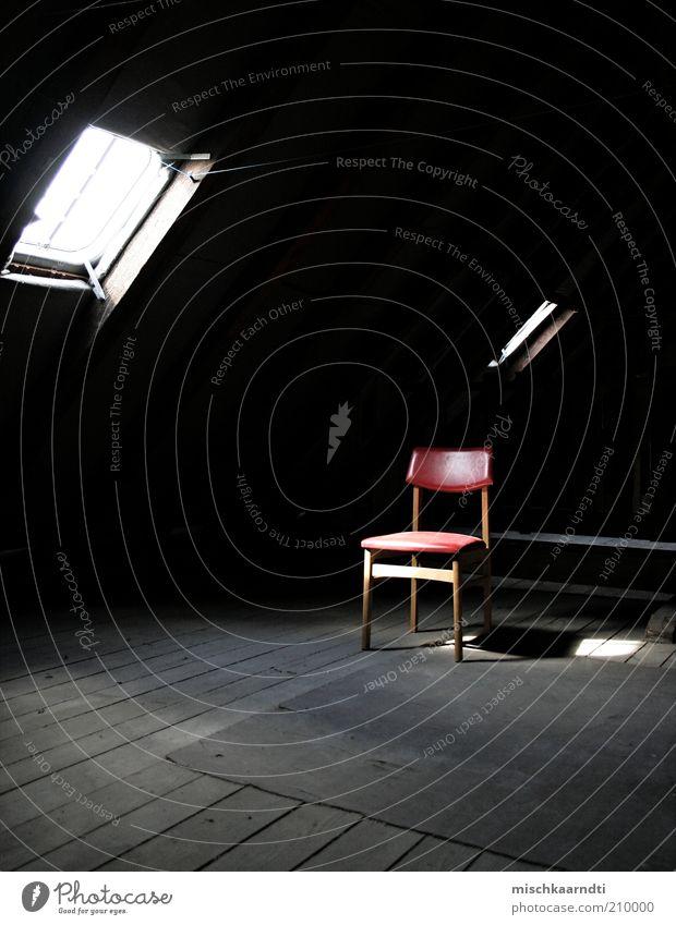 Lonely Küchenstuhl Haus Stuhl Dachboden alt dunkel rot schwarz Einsamkeit klein dreckig verstaubt staubig verbannt nutzlos Abstellplatz Sonnenlicht Holz