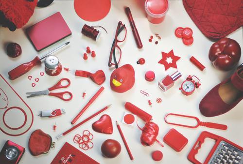 ich seh etwas, was du nicht siehst ... rot Schuhe Kreativität Dinge Brille viele Sammlung Inspiration Schreibstift Anhäufung Haushalt ansammeln Schere Paprika