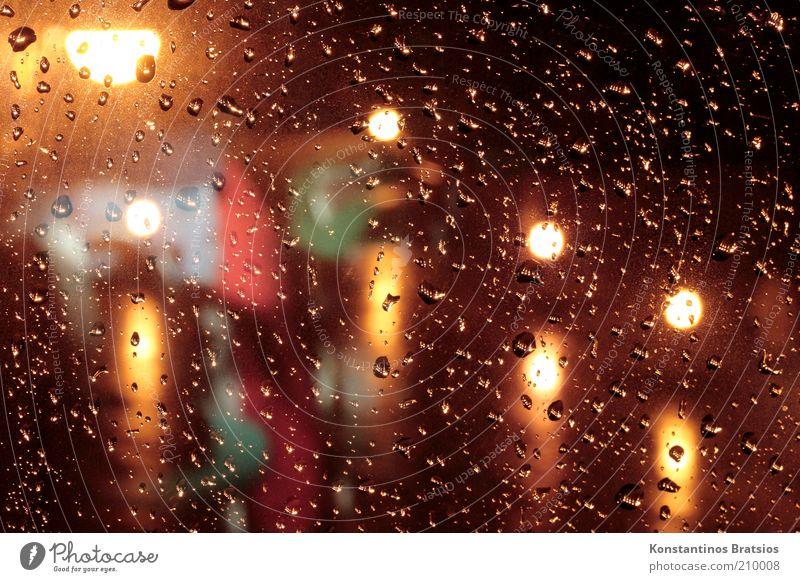 November Rain Wassertropfen schlechtes Wetter Regen Fenster leuchten nass Unlust kalt Straßenbeleuchtung Fensterscheibe Farbfoto Innenaufnahme Menschenleer