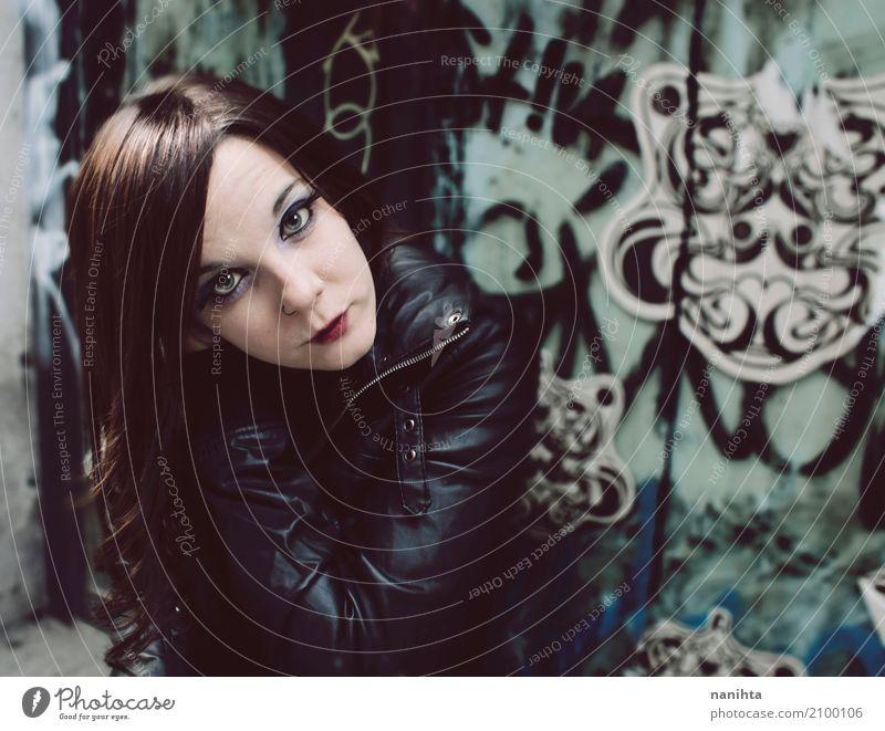 Junge Rockerfrau in der Stadt Lifestyle Stil schön Haare & Frisuren Gesicht Schminke Städtereise Mensch feminin Junge Frau Jugendliche 1 18-30 Jahre Erwachsene