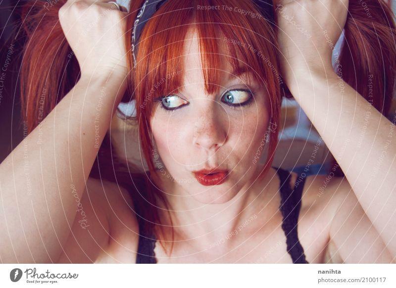 Schön, Rothaarige und junge Frau, die ein lustiges Gesicht machen Mensch Jugendliche blau Junge Frau schön rot Freude 18-30 Jahre Erwachsene feminin Stil Glück