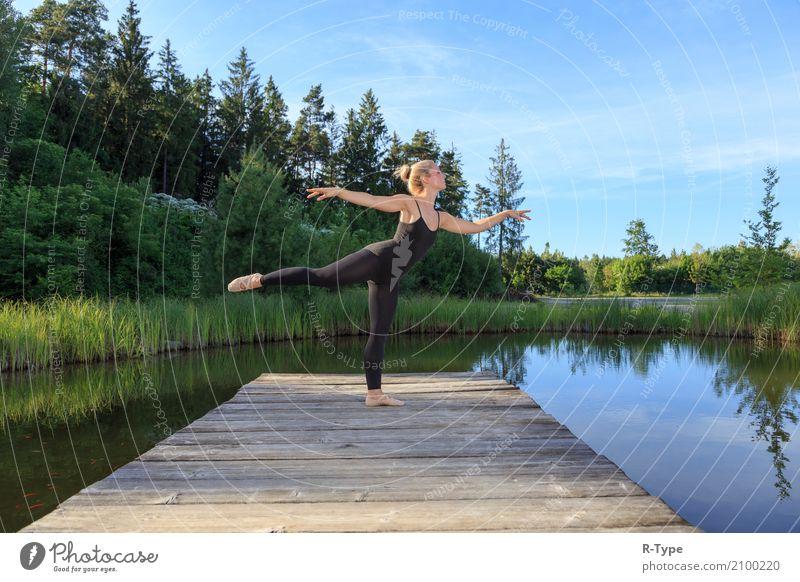 A pretty dancer dancing on a pear Frau Natur Erwachsene Lifestyle Hintergrundbild Sport Stil Mode Park elegant blond Tanzen Fitness Körperhaltung Künstler Dock