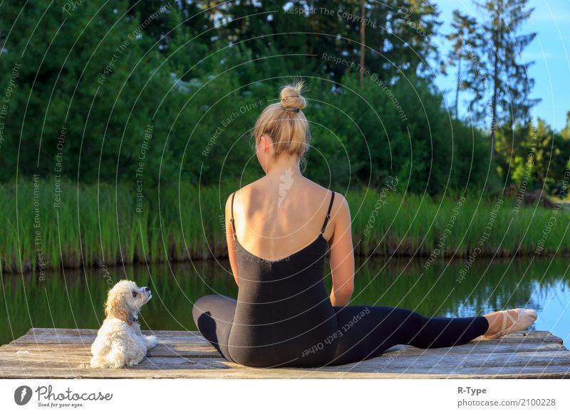 A pretty dancer with her dog on a pear Frau Natur Erwachsene Lifestyle Hintergrundbild Sport Stil Mode Park elegant blond Aktion Tanzen Fitness Körperhaltung