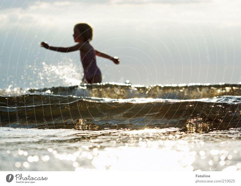 Badespaß Mensch Kind Kindheit Umwelt Natur Wolken Sommer Wärme Wellen Küste Ostsee Meer heiß hell nass natürlich Schwimmen & Baden Farbfoto Gedeckte Farben