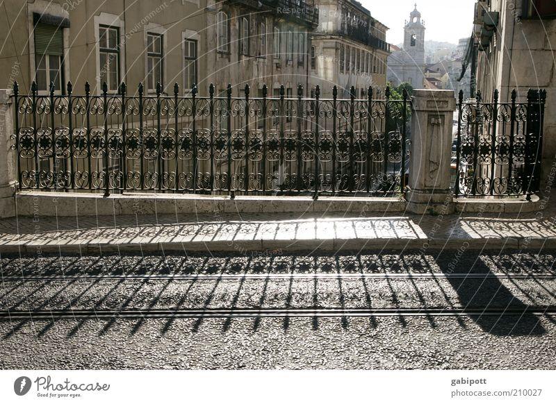 Lissabon am frühen abend Stadtzentrum Altstadt Straße Wege & Pfade Brückengeländer Schatten Schattenspiel historisch Lebensfreude stagnierend Symmetrie Verfall