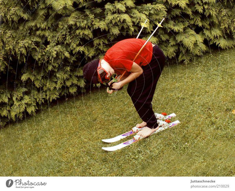 444 / ab geht´s Leben Winter Garten Wintersport Sportler Skifahren Skier Skistöcke Schneebrille Junge 1 Mensch Sommer Gras Wiese Mütze Coolness Fröhlichkeit
