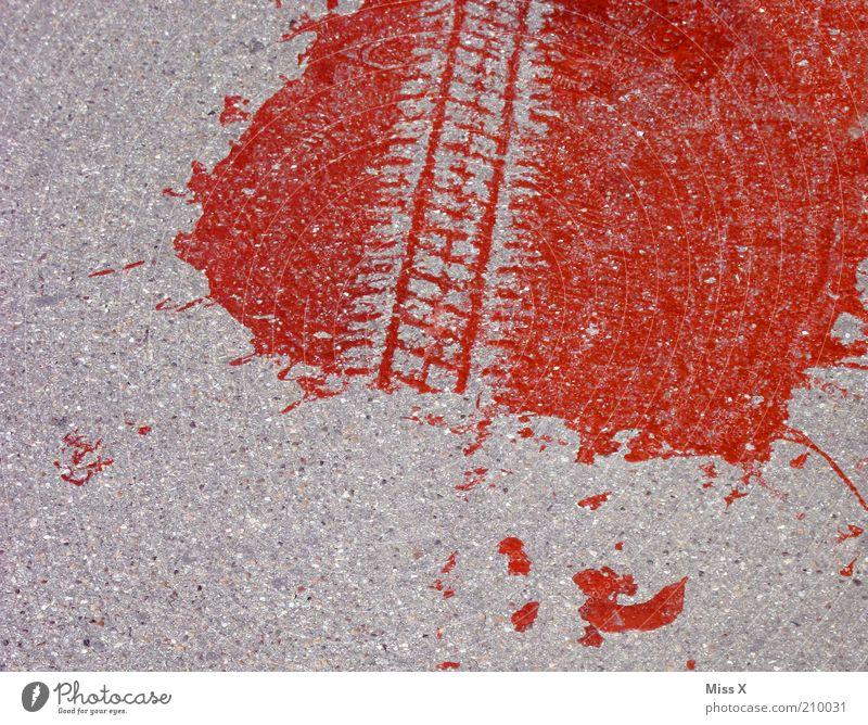 Fahrerflucht Straße Farbstoff dreckig Straßenverkehr Verkehr gefährlich Spuren Gewalt Blut Flucht Todesangst Unfall Kriminalität Mord Reifenspuren flüchten