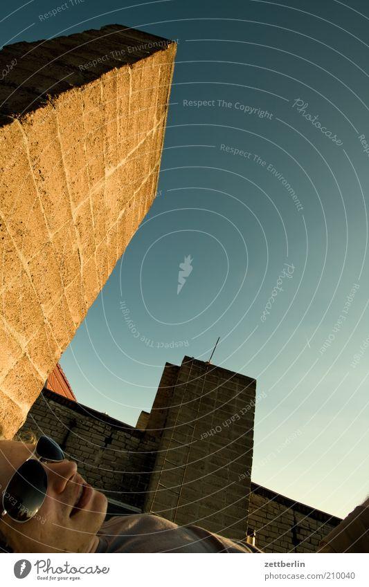 Aufm Dach Mensch Mann Stadt Erholung Haus Gesicht Wand Berlin Mauer liegen Freizeit & Hobby Mund Nase Schönes Wetter schlafen