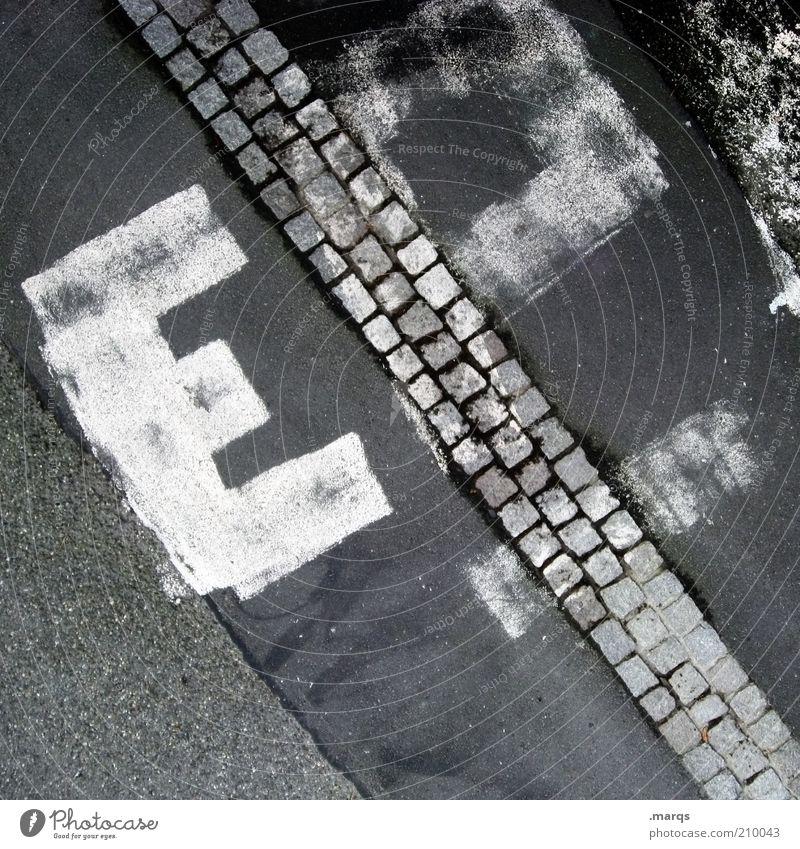 E Subkultur Verkehr Wege & Pfade Schriftzeichen Graffiti außergewöhnlich unten Stadt Pflastersteine Asphalt Schwarzweißfoto Außenaufnahme Strukturen & Formen