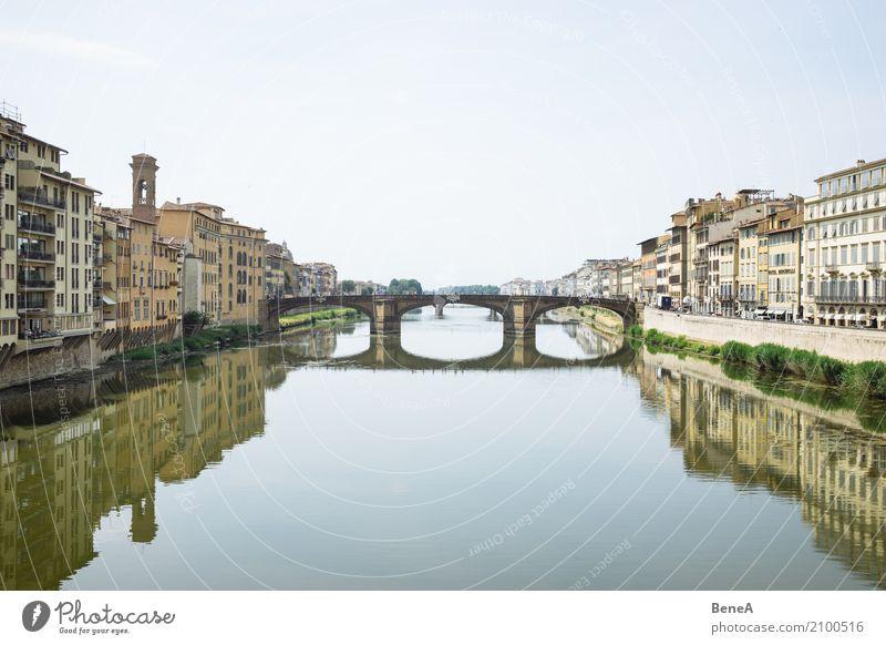 Ponte Santa Trinita in Florenz spiegelt sich im Arno-Fluss Ferien & Urlaub & Reisen Tourismus Sightseeing Städtereise Italien Europa Stadt Hauptstadt