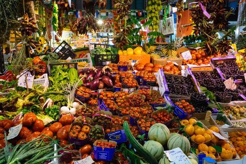 Bunter Obst und Gemüse Marktstand Lebensmittel Salat Salatbeilage Frucht Apfel Orange Gurke Tomate Melonen Zwiebel Ernährung Essen Bioprodukte