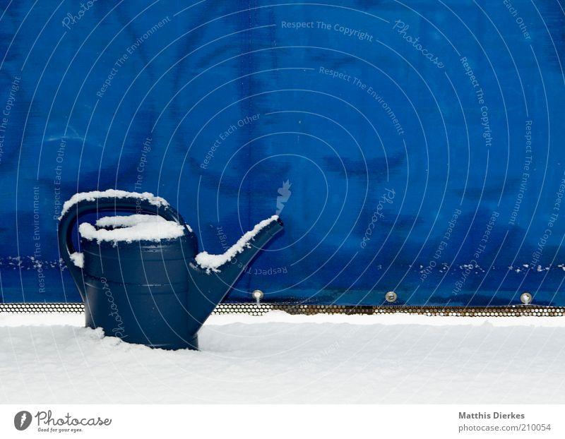 Gießkanne Winter alt Kitsch Balkon skurril unbrauchbar überflüssig verwenden keine verwendung gießen Klimawandel Natur Farbfoto Außenaufnahme Menschenleer