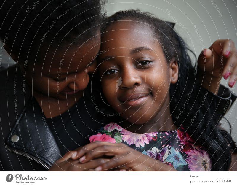 keep in touch (II) feminin Mädchen Frau Erwachsene 2 Mensch Kleid Jacke schwarzhaarig kurzhaarig langhaarig beobachten festhalten Lächeln Blick schön