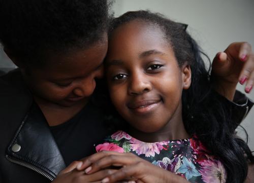 . Mensch Frau schön Mädchen Erwachsene Leben Gefühle feminin Glück Zeit Freundschaft Lächeln Warmherzigkeit beobachten Hilfsbereitschaft Schutz