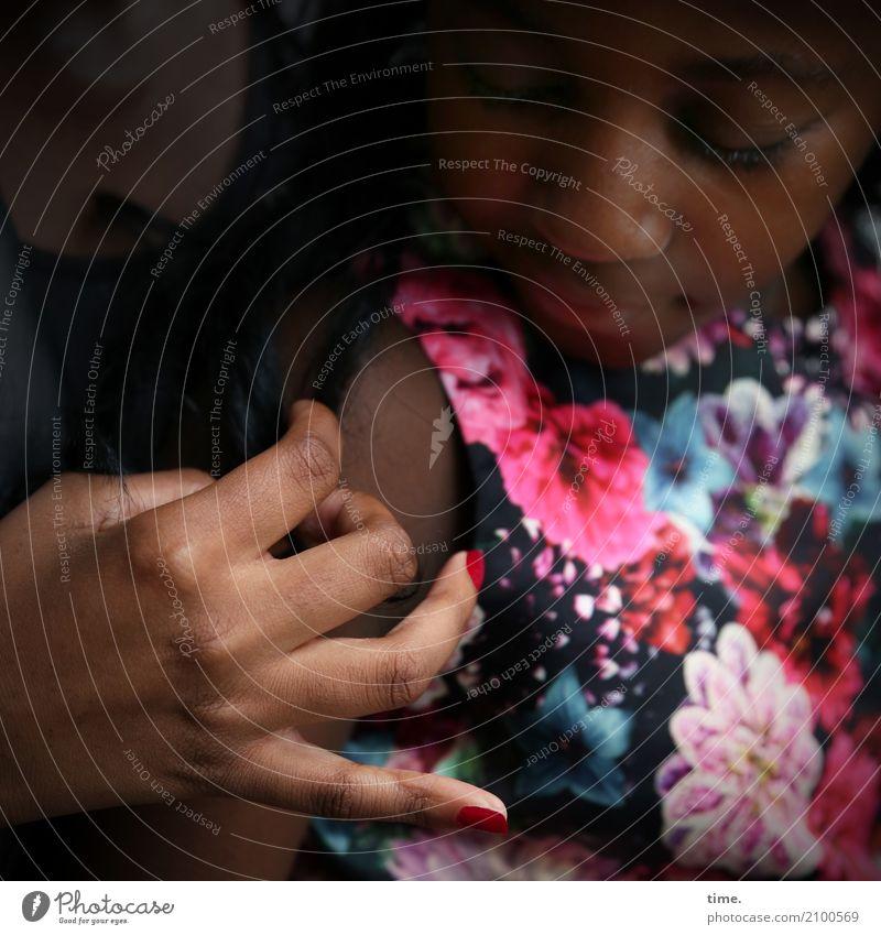 keep in touch (III) Nagellack feminin Mädchen Frau Erwachsene Hand 2 Mensch Kleid beobachten festhalten Blick dunkel Wärme Leidenschaft Vertrauen Schutz