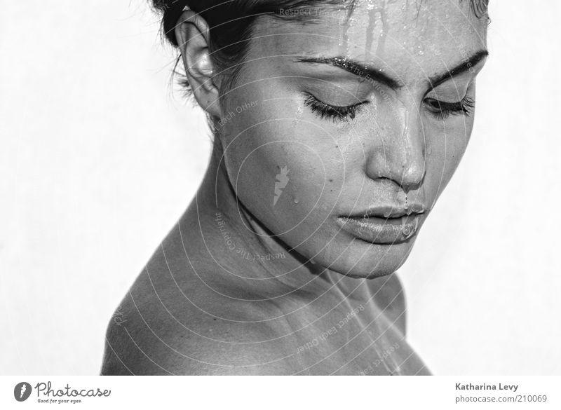 wasserlinien schön Körperpflege Haut Gesicht feminin Junge Frau Jugendliche 1 Mensch 18-30 Jahre Erwachsene Wasser Wassertropfen brünett beobachten entdecken