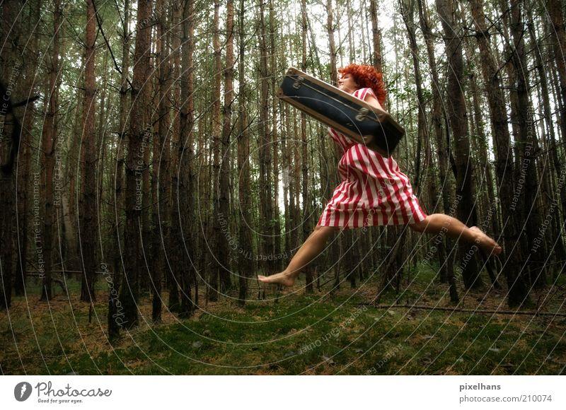 Waldläufer feminin Junge Frau Jugendliche Erwachsene 1 Mensch 18-30 Jahre Kunst Natur Sommer Baum Gras Moos Grünpflanze Rock Koffer Haare & Frisuren rothaarig