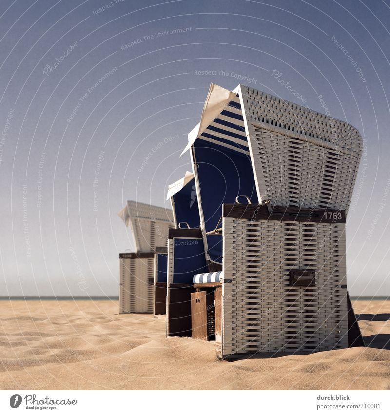 Strandkorb weiß Meer blau Sommer Strand Ferien & Urlaub & Reisen ruhig Erholung Sand Zufriedenheit Küste Insel Tourismus Schutz Schönes Wetter
