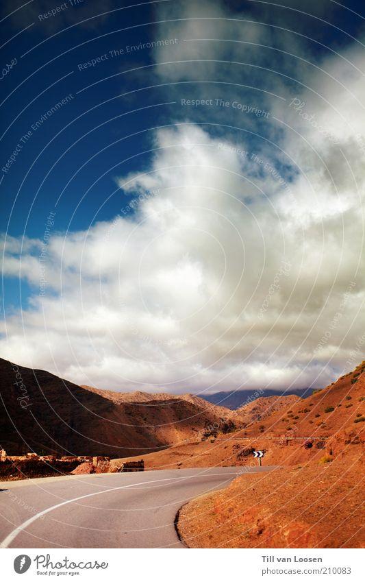 Road through Red Umwelt Natur Himmel Wolken Sommer Wetter Felsen Verkehrswege Straße blau grau rot weiß Schilder & Markierungen Marokko Berge u. Gebirge Atlas