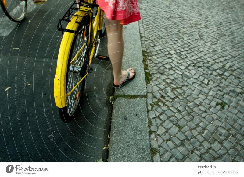 Ampel Mensch Frau Sommer Erwachsene Beine Fuß Fahrrad warten Verkehr stehen fahren Kleid Bürgersteig Rock Kopfsteinpflaster Rad