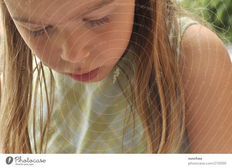 konzentration Mensch Kind schön Mädchen Gesicht Haare & Frisuren Denken Kindheit blond Mund Haut natürlich Nase beobachten Neugier Lippen