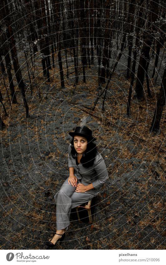 Farbenblindheit Frau Mensch Natur Jugendliche Baum Sommer Einsamkeit Wald dunkel feminin grau Schuhe braun warten Erwachsene Umwelt