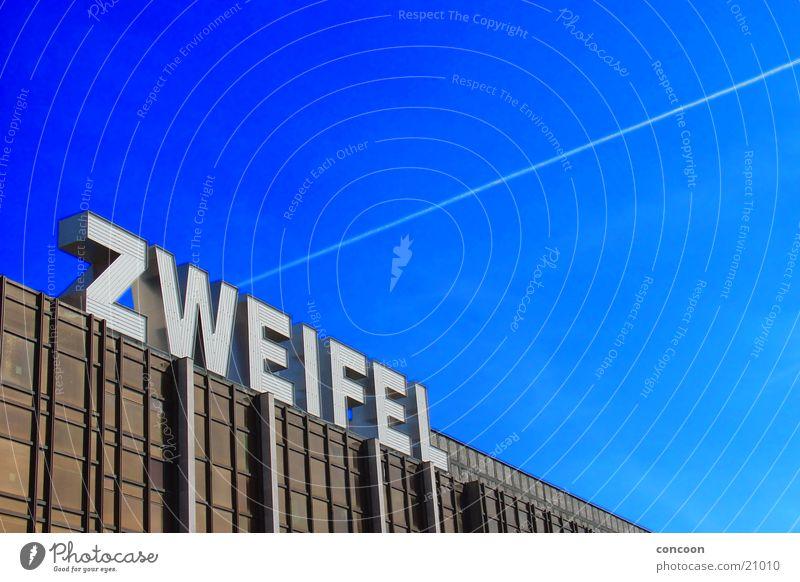 Zweifel Berlin Denken Angst Architektur Schriftzeichen DDR Demontage Blauer Himmel Palast der Republik