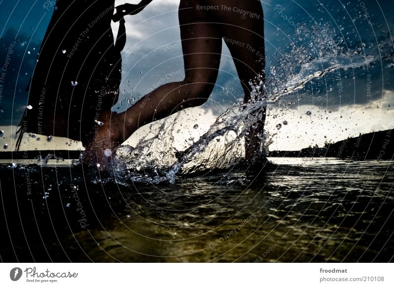 >/ Frau Mensch Natur Jugendliche Wasser Sommer Freude Strand Sport dunkel feminin Fuß See Regen Beine Küste