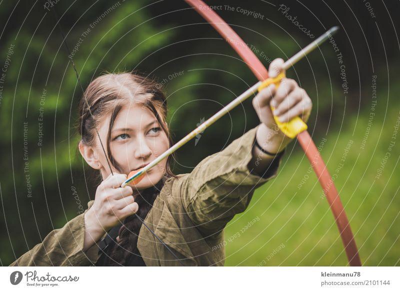Jägerin II Frau Mensch Natur Jugendliche Junge Frau schön Hand Wald 18-30 Jahre Gesicht Auge Erwachsene Wiese Sport feminin Freiheit