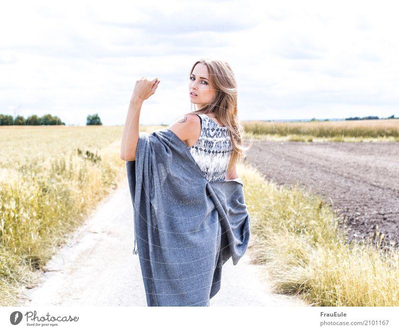 freiheit II Glück schön feminin Junge Frau Jugendliche Erwachsene 1 Mensch 18-30 Jahre Natur Luft Sommer Feld Schal Tuch brünett langhaarig Scheitel Bewegung