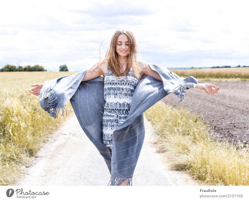 freiheit III Glück schön feminin Junge Frau Jugendliche Erwachsene 1 Mensch 18-30 Jahre Natur Luft Sonne Sommer Feld jumpsuit Schal Tuch brünett langhaarig