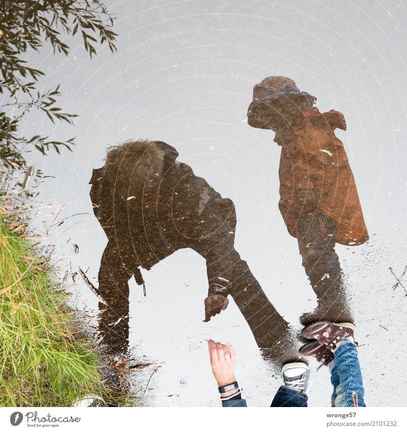 Schneckenretter Ausflug Abenteuer Sommer Mensch Kind Mädchen Frau Erwachsene Großmutter Leben 2 1-3 Jahre Kleinkind 45-60 Jahre schlechtes Wetter Regen Tier