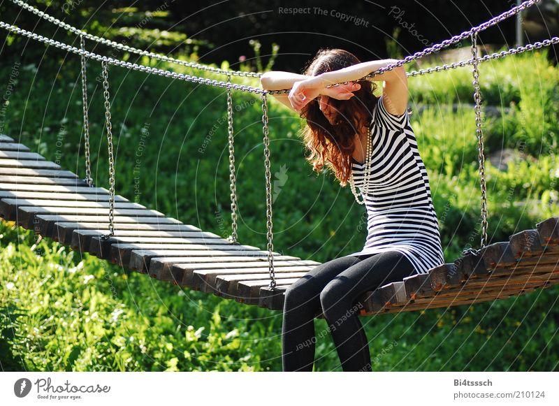 Ich leg sie ja gleich weg Schatz! Mensch Natur Jugendliche schön feminin Gras Holz träumen Traurigkeit Denken Metall Mode Erwachsene sitzen Brücke