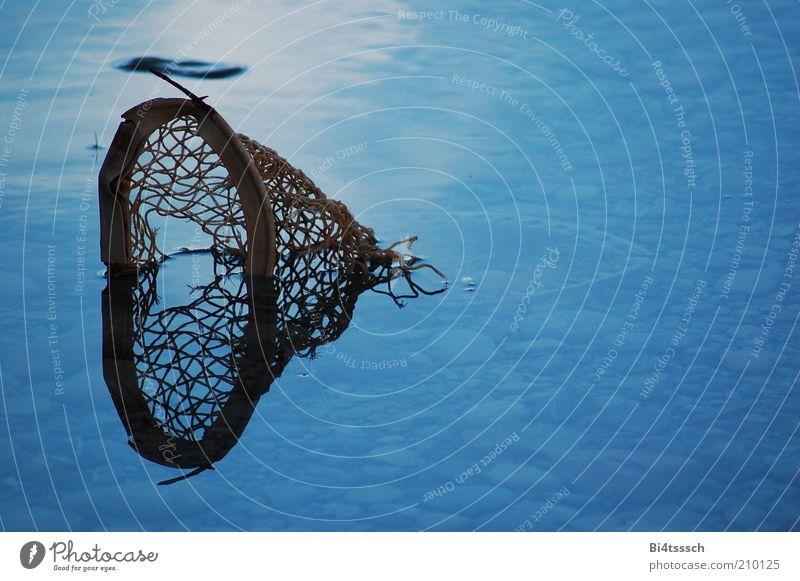 Spieglein, Spieglein Natur Wasser blau Stein See Metall kaputt Wandel & Veränderung Netz Vergänglichkeit Verfall Teich Zerstörung untergehen Umweltverschmutzung Wasseroberfläche