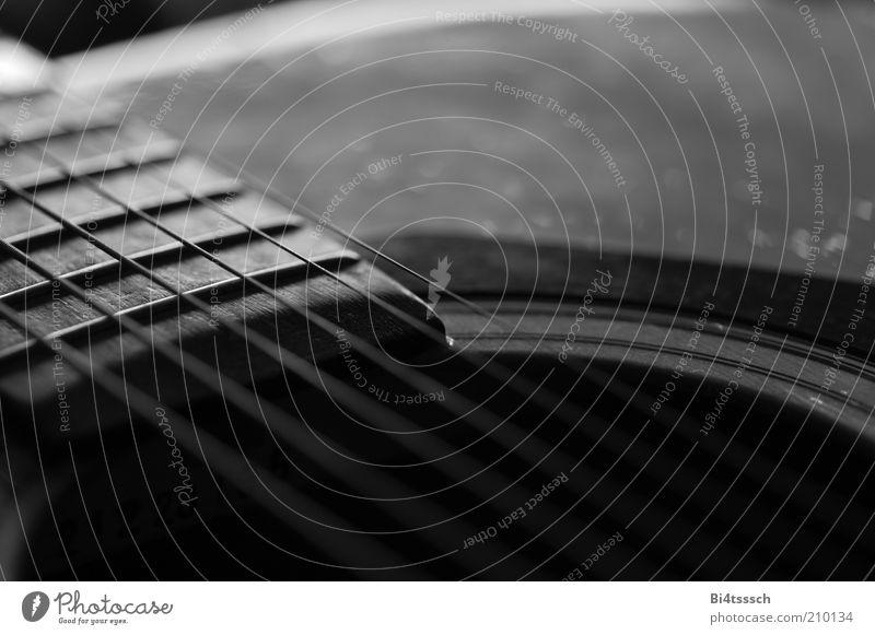 Benutz mich ! Spielen Musik Gitarre Musikinstrument Saite Holz Metall alt ästhetisch Leidenschaft Sehnsucht Nostalgie Stimmung Muse Schwarzweißfoto