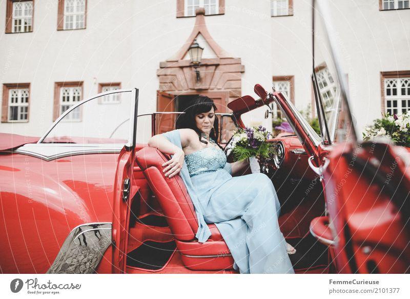 Love is in the air (86) feminin Frau Erwachsene 1 Mensch 18-30 Jahre Jugendliche 30-45 Jahre Glück Ehe Ehefrau Braut Brautkleid Blumenstrauß Oldtimer rot