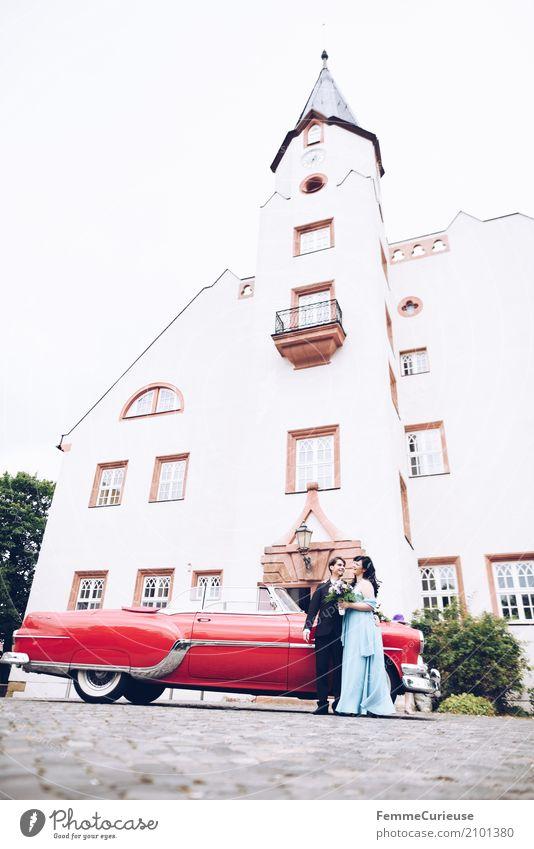 Love is in the air (73) feminin Frau Erwachsene 1 Mensch 18-30 Jahre Jugendliche 30-45 Jahre Glück Burg oder Schloss Oldtimer rot Braut Brautkleid Blumenstrauß
