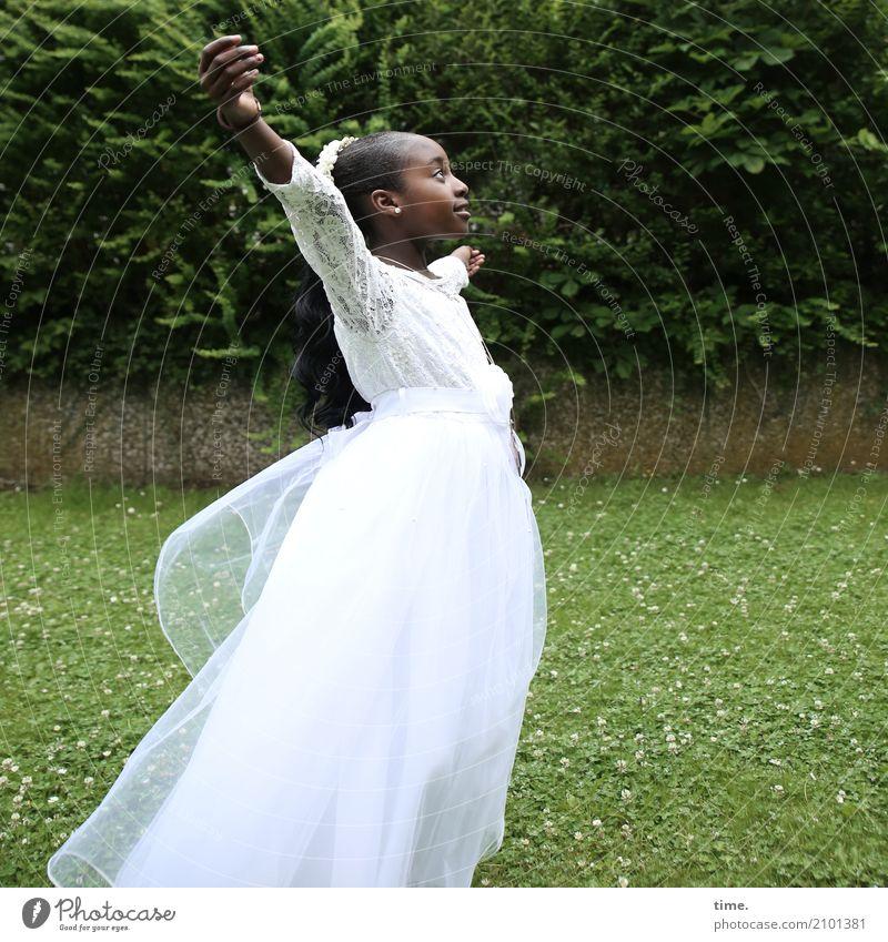 Gloria feminin Mädchen 1 Mensch Hecke Park Wiese Kleid schwarzhaarig langhaarig beobachten Lächeln schaukeln Blick stehen Tanzen ästhetisch Fröhlichkeit schön