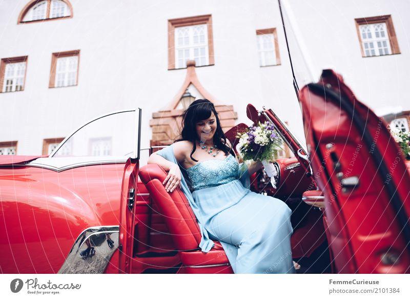 Love is in the air (48) feminin Frau Erwachsene 1 Mensch 18-30 Jahre Jugendliche 30-45 Jahre Glück Ehe Ehefrau Braut Brautkleid Blumenstrauß Oldtimer rot