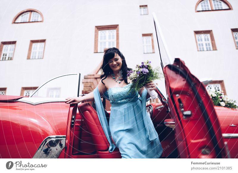 Love is in the air (22) feminin Frau Erwachsene 1 Mensch 18-30 Jahre Jugendliche 30-45 Jahre Glück Ehe Ehefrau Braut Brautkleid Blumenstrauß Oldtimer rot blau