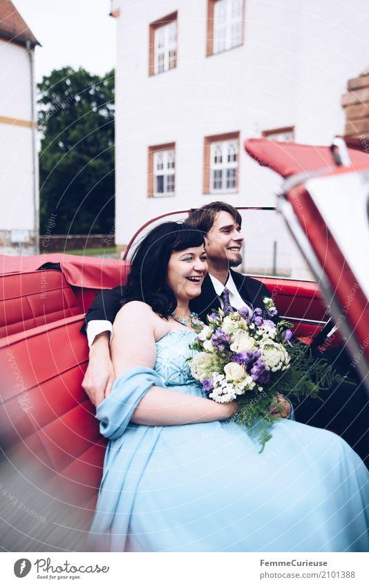 Love is in the air (62) Frau Erwachsene Mann Mensch 18-30 Jahre Jugendliche 30-45 Jahre Glück Oldtimer rot Autofahren Burg oder Schloss Ehe Ehepaar Ehefrau