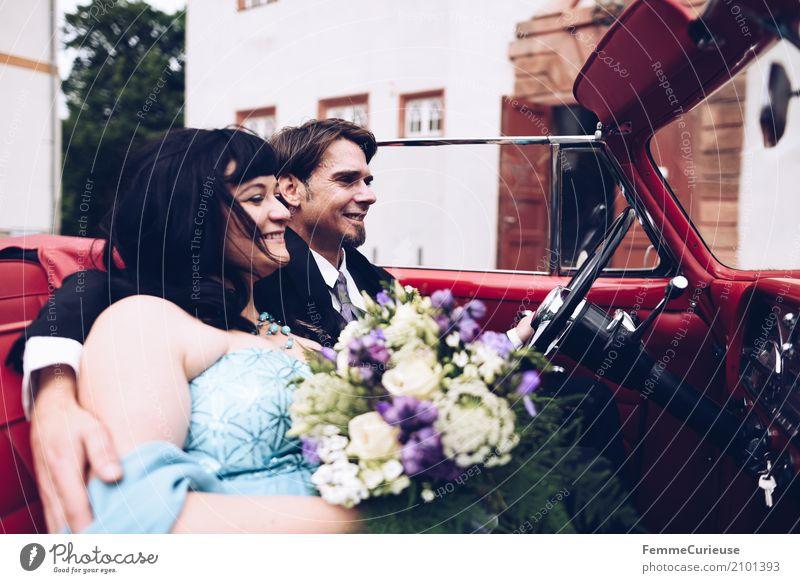 Love is in the air (65) maskulin feminin Frau Erwachsene Mann 2 Mensch 18-30 Jahre Jugendliche 30-45 Jahre Glück Oldtimer rot Autofahren Hochzeit Hochzeitspaar