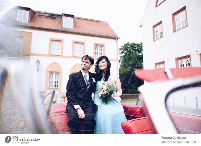 Love is in the air (61) Mensch Frau Jugendliche Mann blau rot 18-30 Jahre Erwachsene feminin Glück maskulin sitzen Hochzeit Blumenstrauß Burg oder Schloss