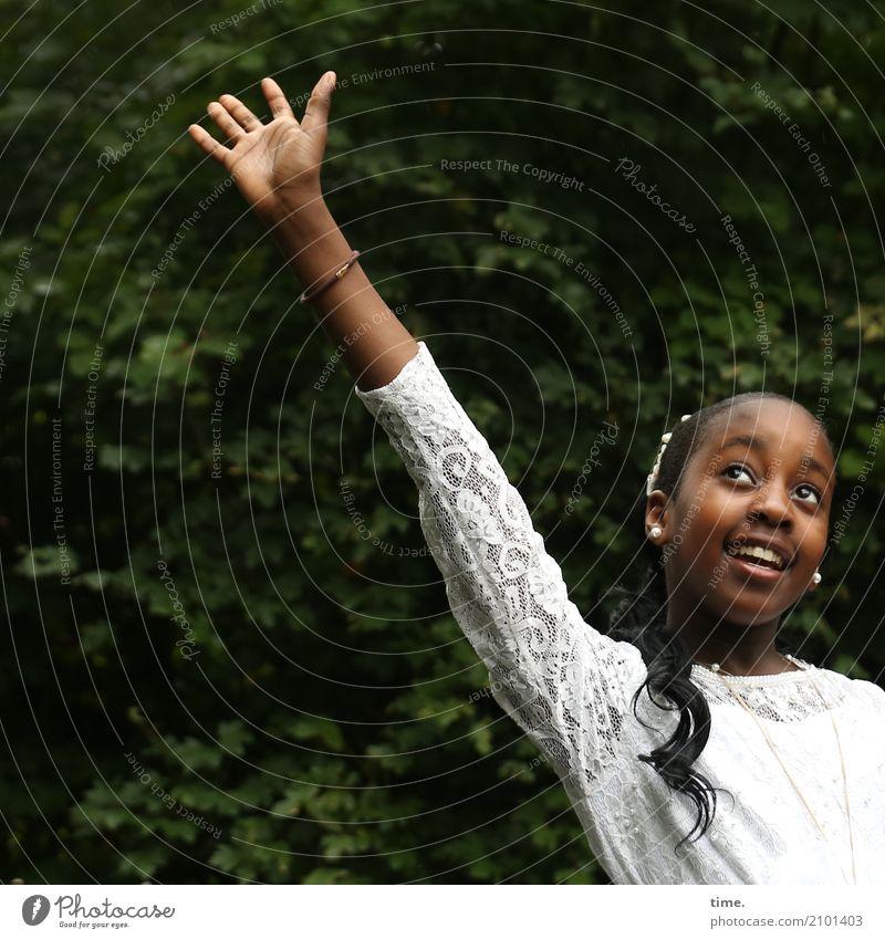 Gloria Mensch schön Baum Freude Mädchen Leben feminin lachen wild Park frei Fröhlichkeit Tanzen Lebensfreude Neugier Kleid