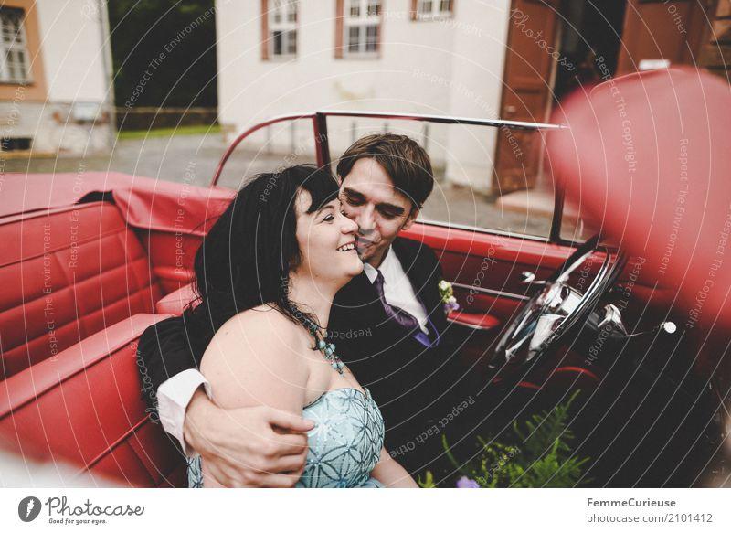 Love is in the air (58) maskulin feminin Frau Erwachsene Mann 2 Mensch 18-30 Jahre Jugendliche 30-45 Jahre Glück Oldtimer rot PKW Autofahren Ehe Ehepaar Ehefrau