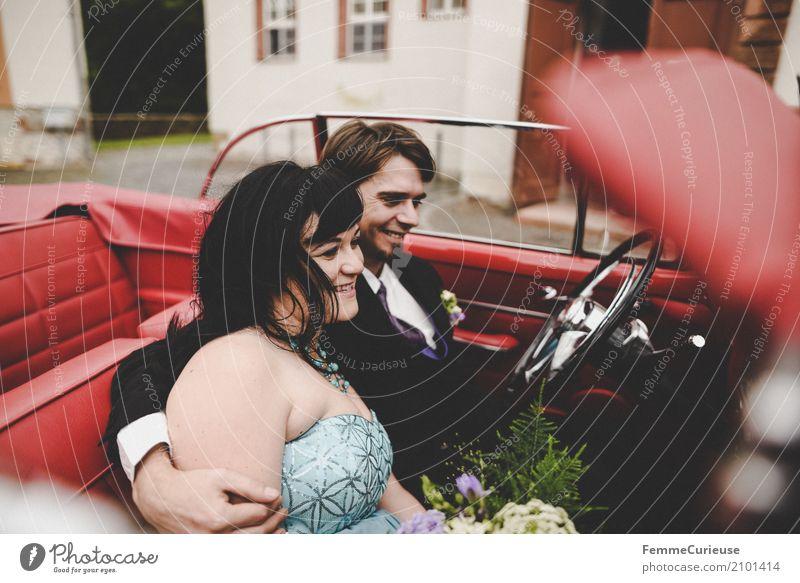 Love is in the air (75) Mensch Frau Jugendliche Mann rot 18-30 Jahre Erwachsene Liebe feminin Glück maskulin Lächeln Hochzeit Blumenstrauß Liebespaar Autofahren